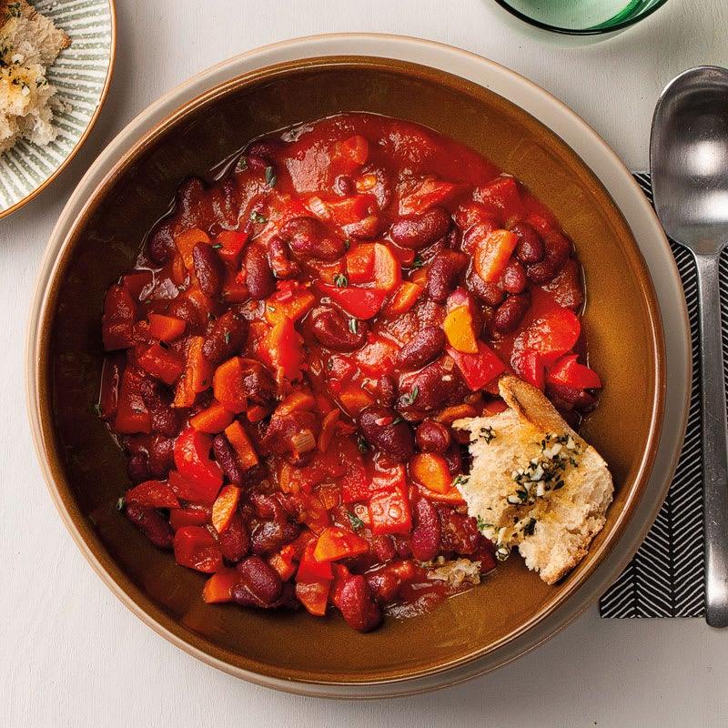 Foto Kidneybohnen-Chili mit Kräuter-Knoblauch-Baguette von WW