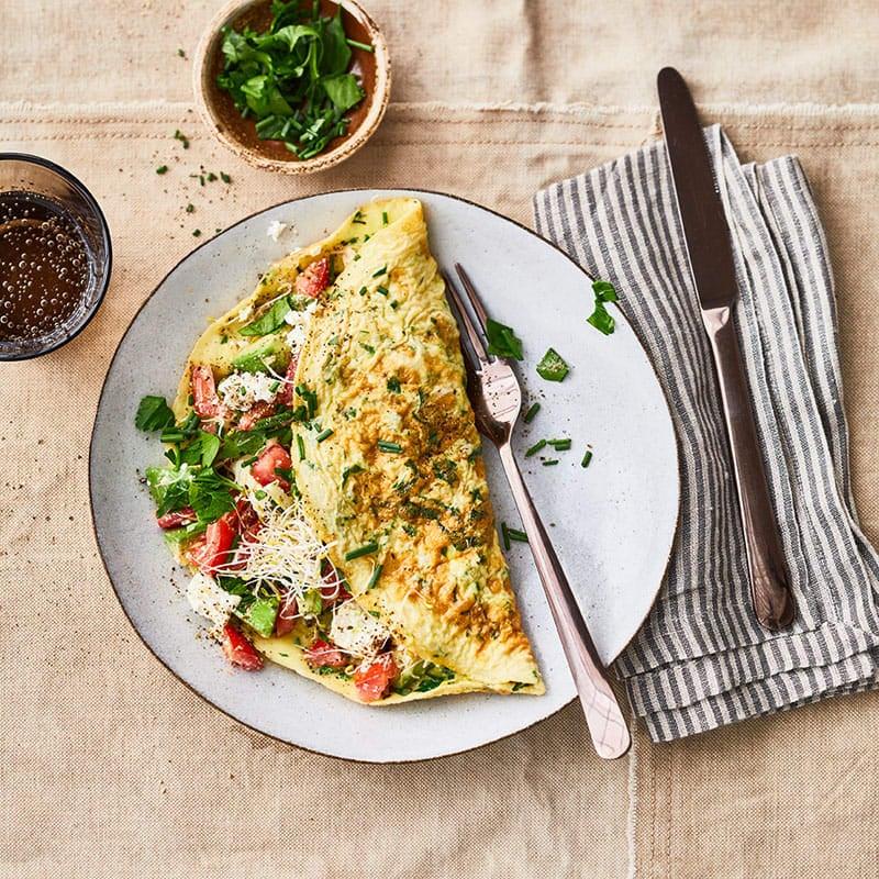 Foto Gefülltes Kräuter-Omelette mit Avocado, Tomaten und Sprossen von WW