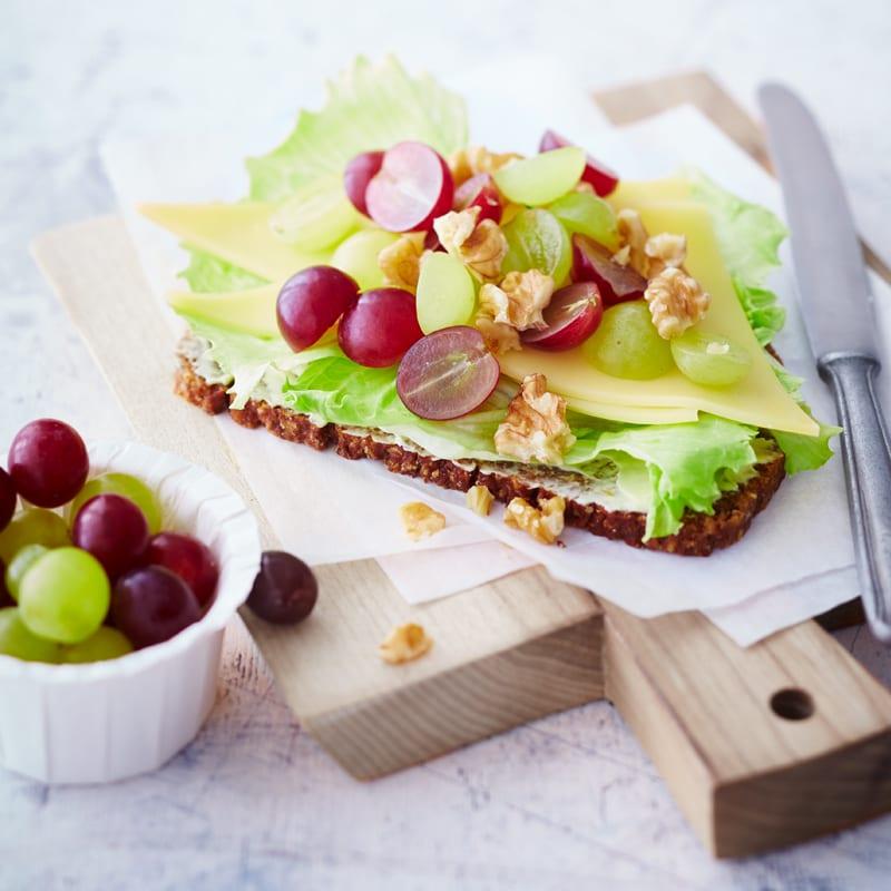 Foto Kerniges Käsebrot mit Weintrauben von WW