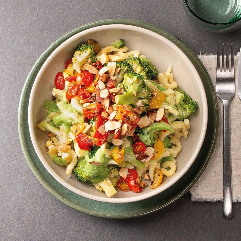 Foto Frische Spätzle in Broccolisauce mit bunten Tomaten von WW
