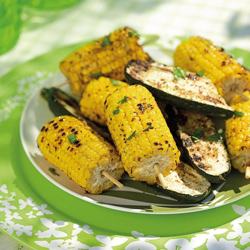 Foto Gegrillte Maiskolben mit Chili-Koriander-Zucchini von WW