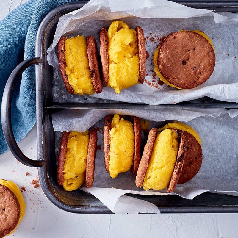 Foto Cookie-Sandwich mit Orangen-Mango-Eis von WW