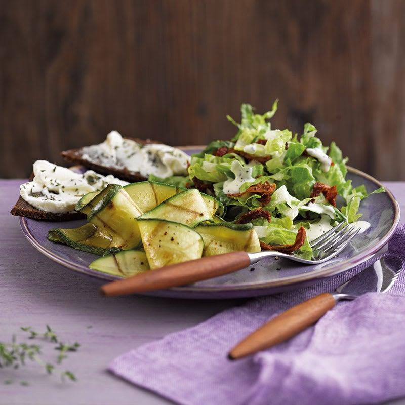 Foto Gegrillter Zucchinisalat mit Pumpernickel-Frischkäse-Ecken von WW