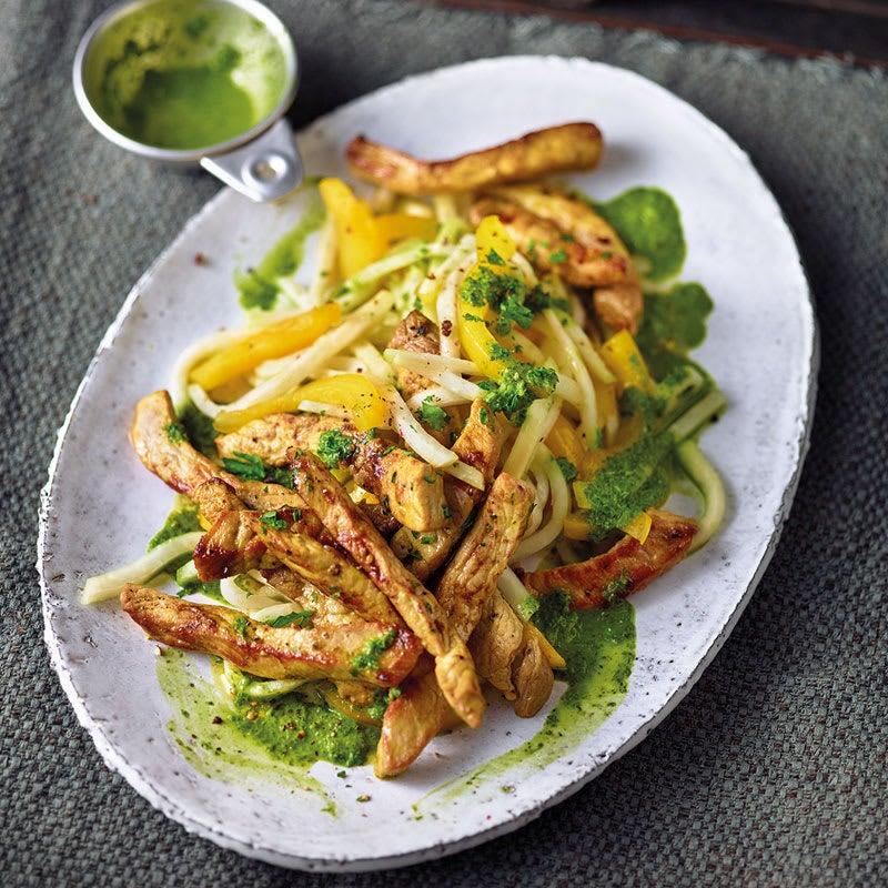 Foto Kohlrabi-Paprika-Salat mit Petersiliendressing und Schnitzelstreifen von WW