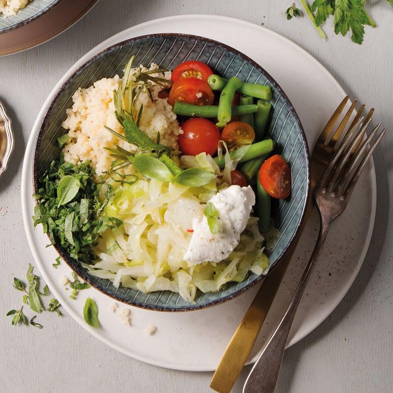Foto Couscous-Gemüse-Bowl mit Kohl, Quark und Kräutern von WW
