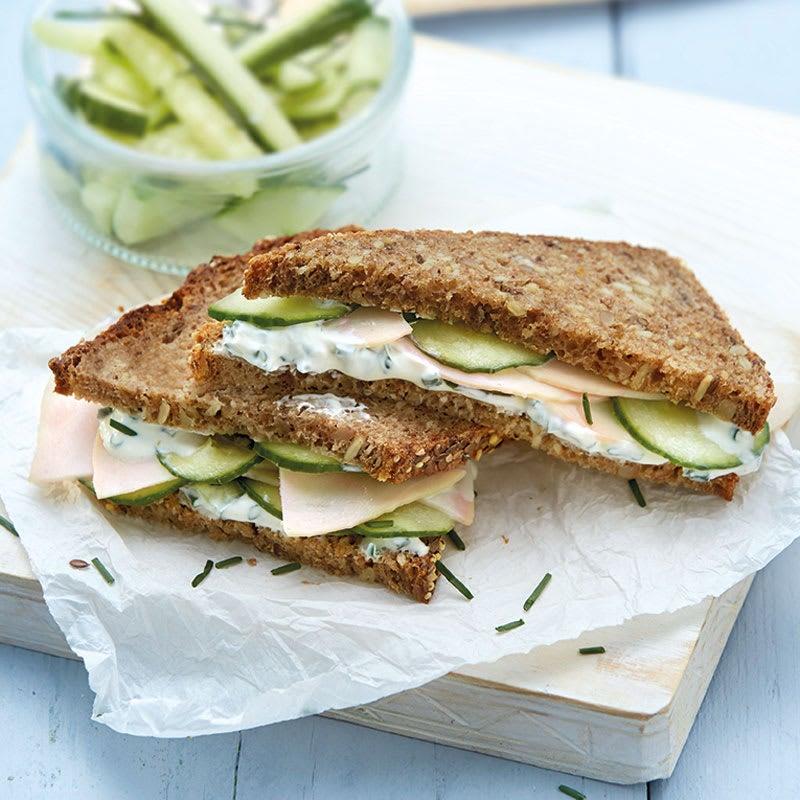 Foto Geflügel-Gurken-Sandwich mit Schnittlauchcreme von WW