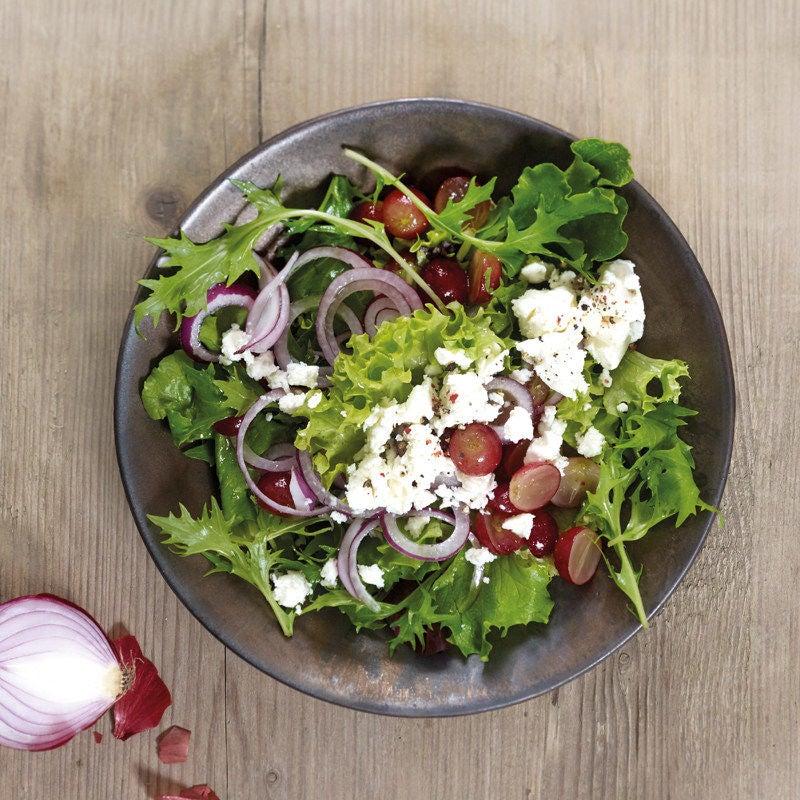 Foto Gemischter Blattsalat mit Trauben und Schafskäse von WW