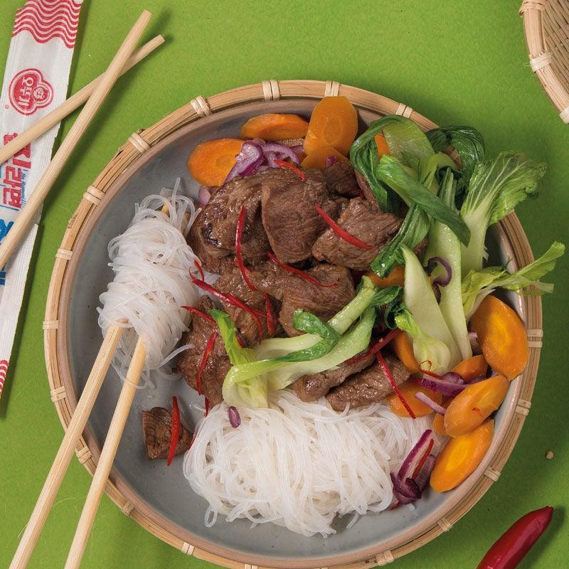 Foto Asiatisches Rindfleisch mit Glasnudeln und Gemüse von WW