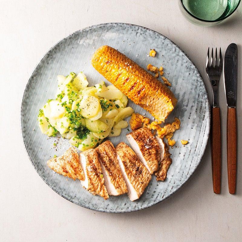 Foto Gegrillte Putenbrust mit Maiskolben und Kartoffel-Gurken-Salat von WW