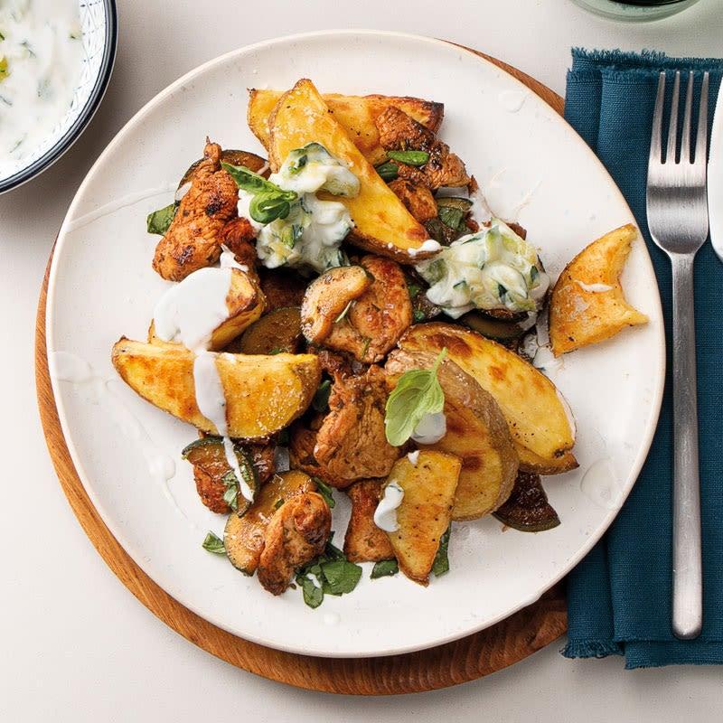 Foto Puten-Zucchini-Gyros mit Kartoffelwedges und Zaziki von WW