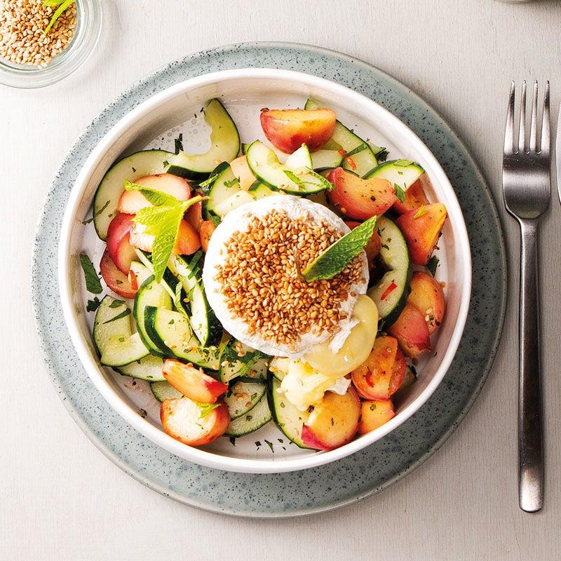 Foto Backcamembert mit Sesam und Bergpfirsich-Gurken-Salat von WW