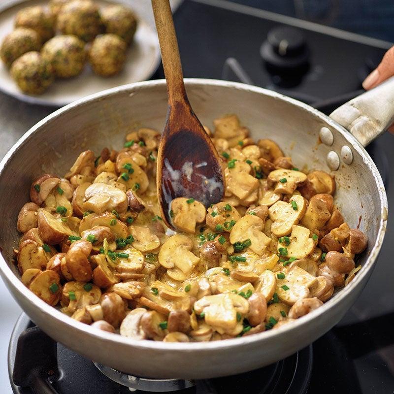Foto Cremige Pilzpfanne mit Petersilien-Quinoa-Bällchen von WW