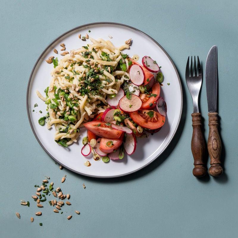 Foto Frühlingshafte Spätzlepfanne mit Tomaten-Radieschen Salat von WW
