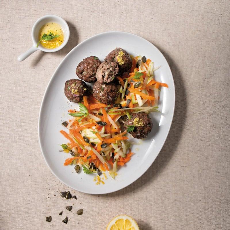Foto Petersilienhackbällchen mit Karotten-Apfel-Salat von WW