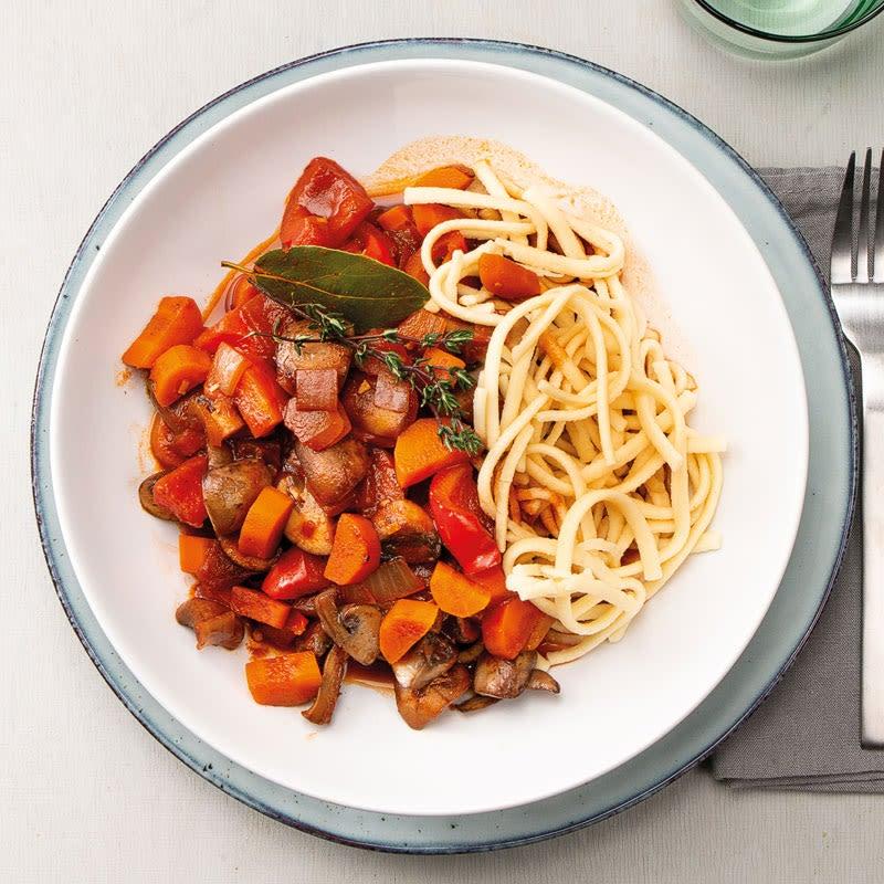 Foto Gemüsegulasch mit Champignons, Karotten und Spätzle von WW