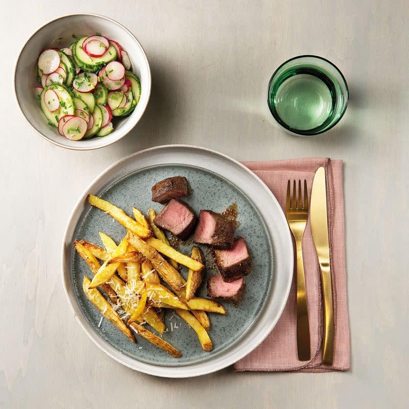 Foto Flat Iron mit Parmesanpommes und Gurken-Radieschen-Salat von WW