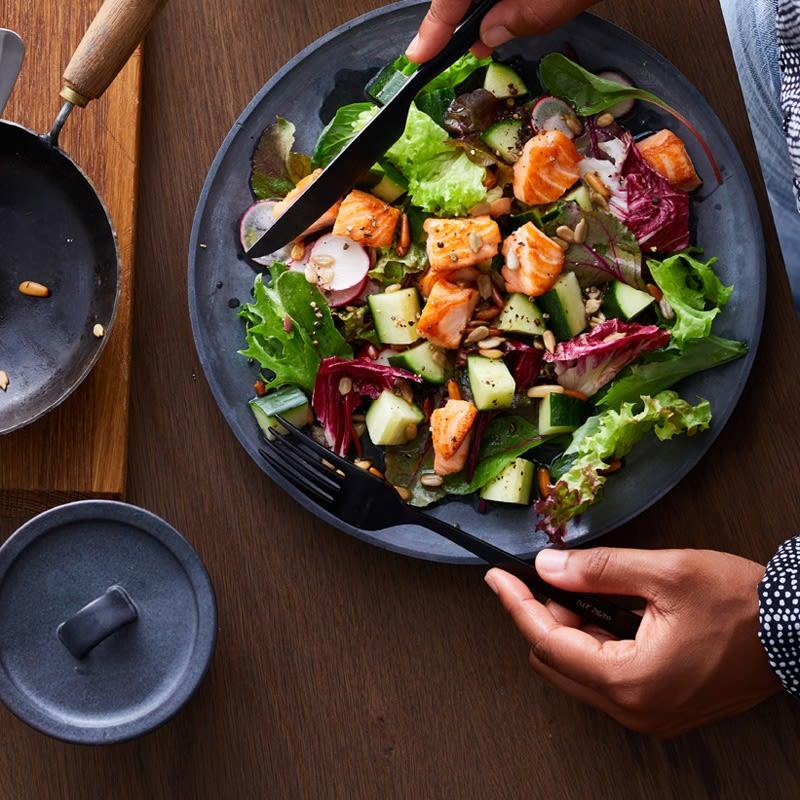 Foto Gemischter Salat mit Lachs-Nuss-Topping von WW